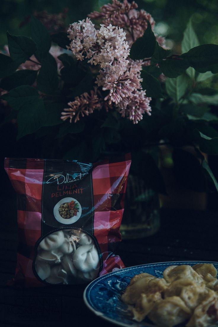 Hellan ja viinilasin välissä on ruoka-, viini- ja matkailupainotteinen lifestyleblogi, jota pitää porilainen valokuvaaja ja wannabe-taiteilija.