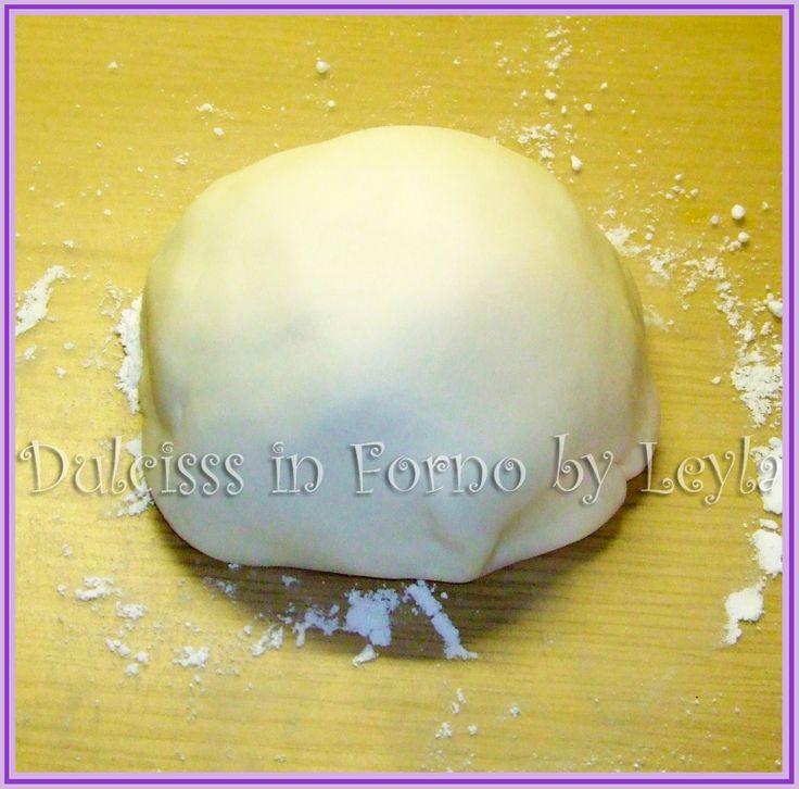 Pasta di zucchero ricetta base per tutte le persone che me l'hanno chiesta ! Metodo di preparazione della ricetta e consigli utili per il suo utilizzo.