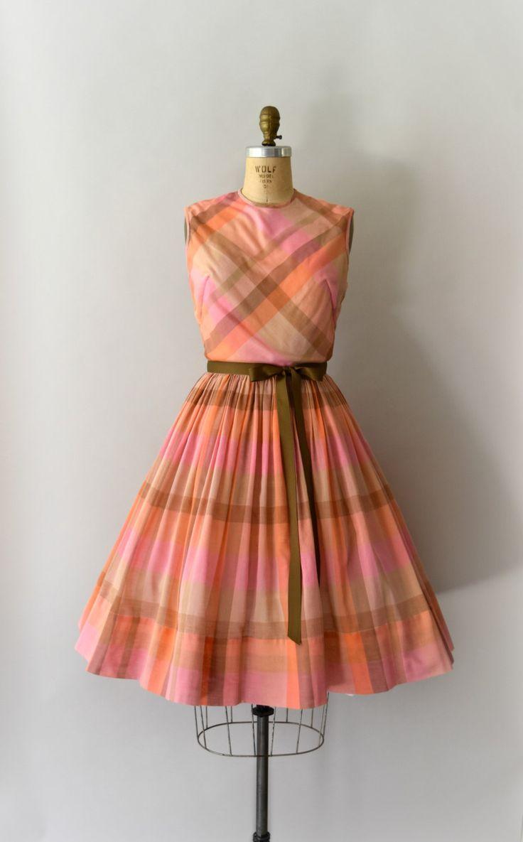 Vintage jaren 1950 jurk, licht oranje en roze geruite katoenen lichaam. Iets bloused bodice scoop nek, tank stijl schouders, ingerichte taille, volledige rok, verborgen terug metalen rits, volledig bekleed bodice. (rok is niet bekleed)  ---M E EEN S U R E M E N T S---  Pasvorm/grootte: kleine  Bust: 35-36 Taille: 26 Heupen: gratis Lengte: 40  Maker/merk: Gay Gibson Voorwaarde: De grote voorwaarde met lichte slijtage, ontbrekende oorspronkelijke gordel, lint gordel is opgenomen…