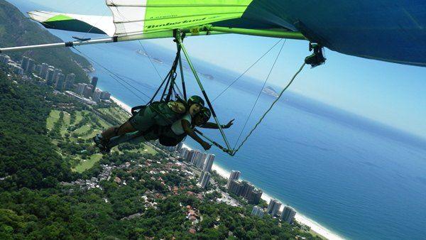 Voo duplo de Asa Delta, com decolagem na Pedra Bonita (696 m de altitude), entre as praias de São Conrado e Barra, e pouso na Praia do Pepino, em São Conrado. Rio de Janiro, RJ, Brasil.