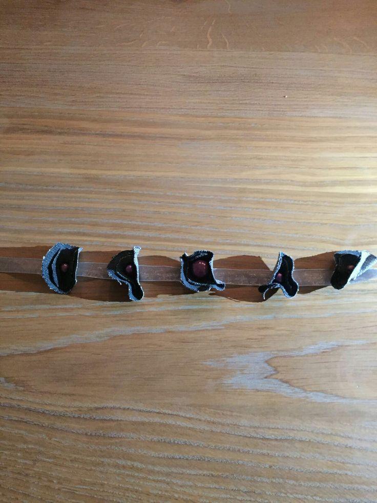 Een ketting van een broek. WAT HEB JE NODIG ~broek ~kralen ~lint ~slotje  ~rond vormpje