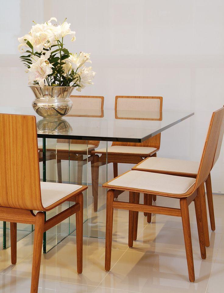 Jogo de jantar com a combinação de vidro, madeira e tecido foi um estilo super presente nas casas brasileiras desse período.
