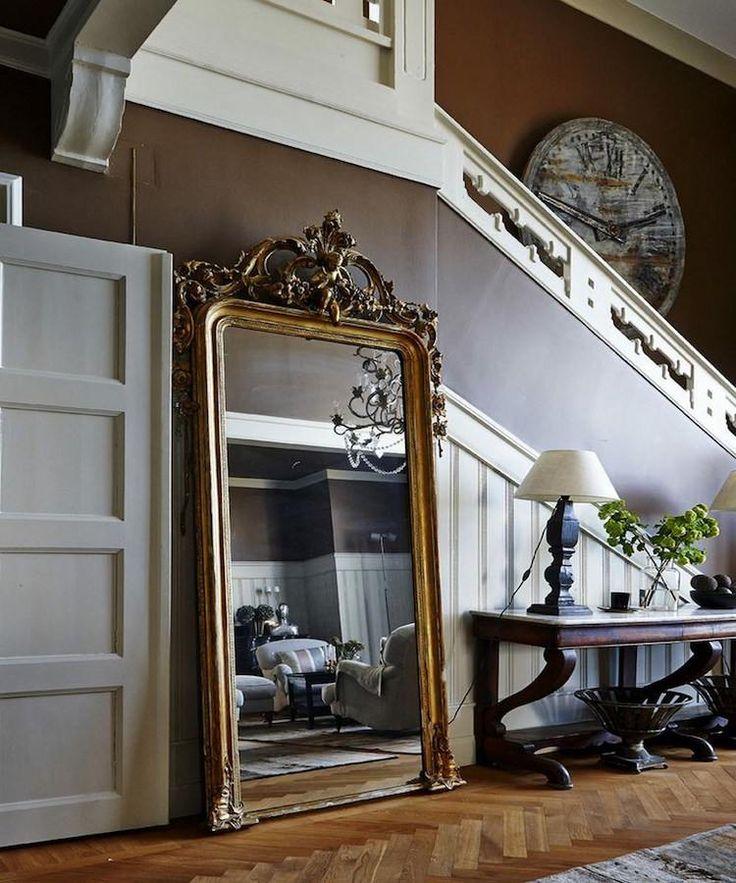 miroir couloir antique à poser au sol avec ornements baroques opulents