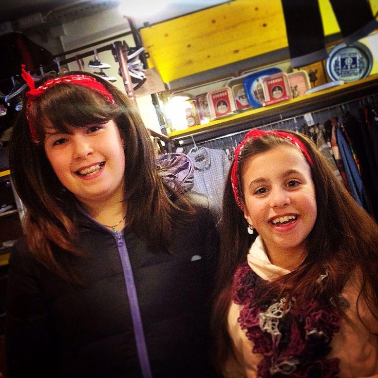 La felicità nei loro volti per avere acquistato la loro prima bandana  #bandana #red #streetstyle #kids #littlegirls #piccolevintaggistecrescono #vintagelove #cimbèstyle
