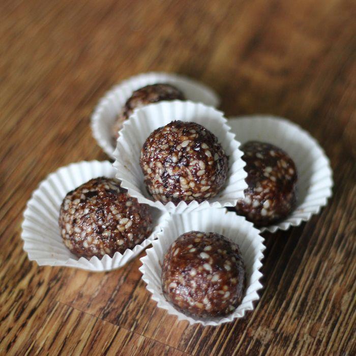 Sezamové kuličky - potřebujete se trošku zahřát? Doporučuji tyto RAW kuličky, které jsou velmi chutné a díky skořice i zahřejí.
