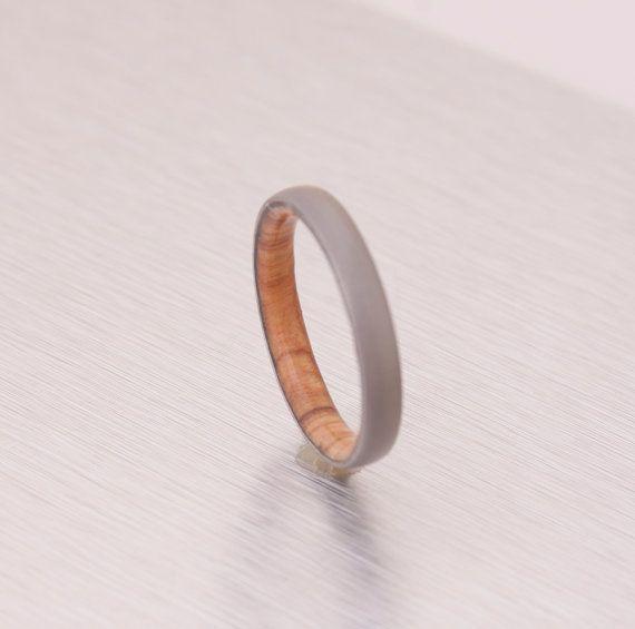 READY TO SHIP---------------------- der Ring im Bild ist der tatsächliche Ring erhalten Sie Versand innerhalb von 2 Tagen ab Kaufdatum  RINGGRÖßE: 11.75 BREITE: 6 MM MATERIAL: TITAN - OLIVEN-HOLZ  ALLE HOLZ UND GEWEIH-RINGE SIND MIT RING RÜSTUNG GESCHÜTZT.  Alle bereit zum Schiff Ringe sind neu, Ringe in A sehr günstige Preis da sind Ringe auf Lager, nicht MADE TO ORDER  ZUR BESTELLUNG HIER AUFLISTEN, WO SIE GRÖßE UND BREITE AUSWÄHLEN KÖNNEN…
