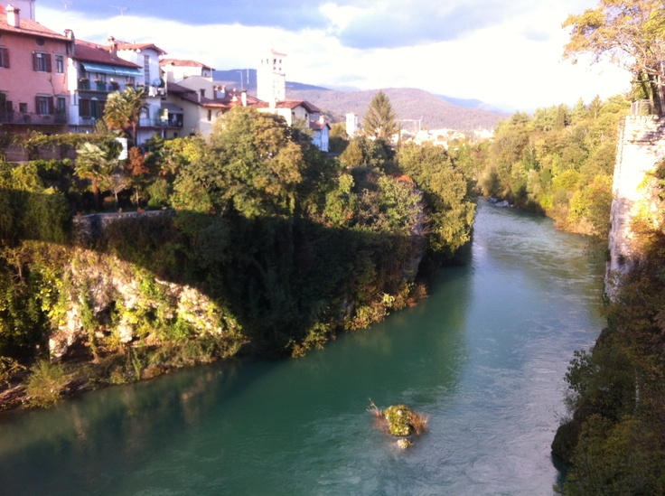 Cividale in der italienischen Provinz Friaul - Blick von der Teufelsbrücke auf den Fluss Natisone. Cividale in the Italian province of Friuli - Natisone river viewed from the Devil's Bridge. Τσιβιντάλε στην επαρχία Φριούλι της Ιταλίας - βλέμμα στο ποτάμι Νατισόνε από την γέφυρα του διαβόλου