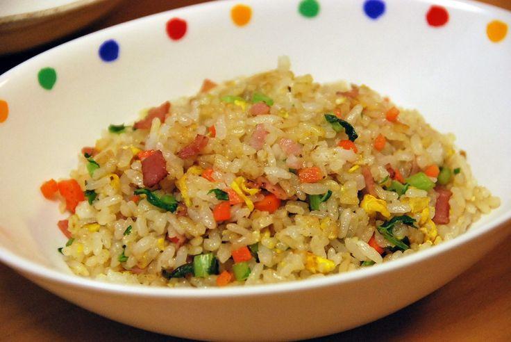 中華の定番!シンプルなチャーハン(炒飯)の作り方です。具材は最低限で卵とネギさえあればOKです。いくつかのポイントを守りながら面倒でも1人前ずつ作ることで、過程でもお店のような味がだせるようになります。
