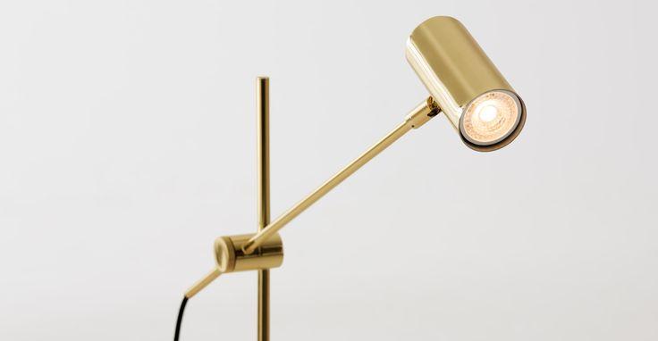 Obie Stehlampe, Messing > Was macht ein Zimmer erst wohnlich? Richtig.
