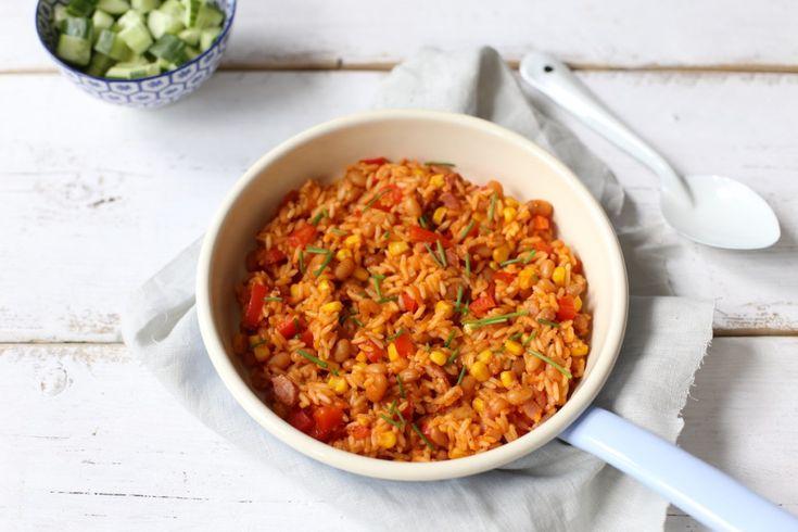 Maak eens dit rijstgerecht met witte boontjes en spek.Binnen 20 minuten staat dit lekkere maaltje op tafel. Serveer er eventueel nog een komkommersalade bij