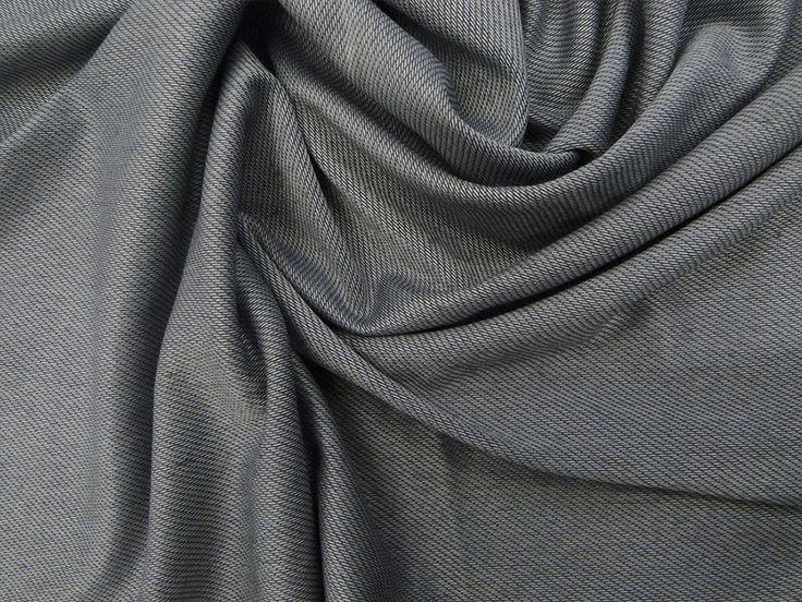 Piquet Diagonal (Chumbo). Tecido piquet com desenho diagonal, com caimento mais pesado, possui elasticidade. Ideal para modelagens mais justas. Sugestão para confeccionar: camisetas, legging, vestidos, entre outros.