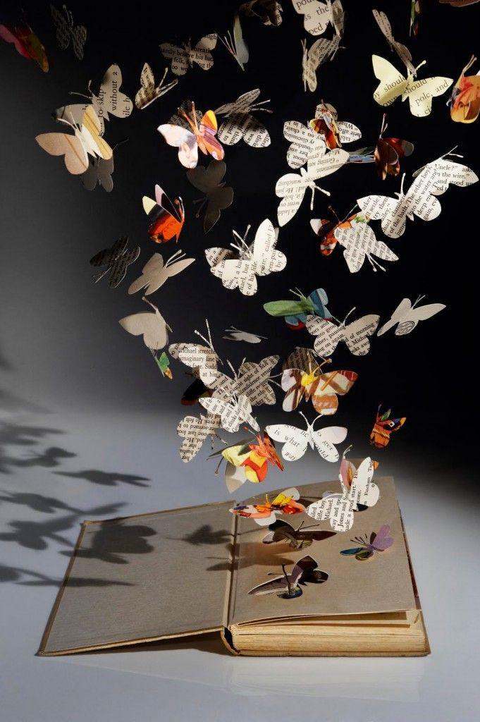 papillons en papier s'envolant d'un livre