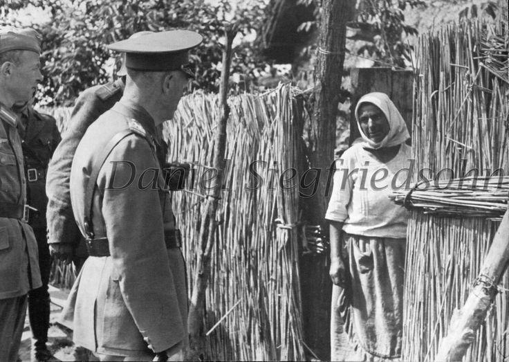 https://flic.kr/p/Jv6gKx | 11. Mareşalul Ion Antonescu de vorbă cu o ţărancă din ţinutul eliberat...