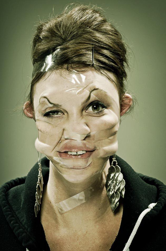 : Retratos distorsionados cubiertos con cinta adhesiva