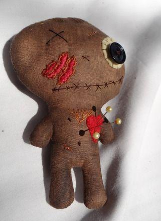 Découvrez ses petites poupées vaudou,petits morts vivants, monstres ou doudou macabres. Ils sont tous uniques et curieusement adorables ^^  Poupée d'art en tissu recyclé, tei - 16405436