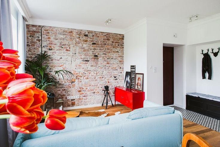 Cegła na ścianie, ceglana ściana w salonie, cegła we wnętrzach, nowoczesne wnętrza. Zobacz więcej na : https://www.homify.pl/katalogi-inspiracji/29247/wnetrza-z-cegla-na-scianach-6-przykladow