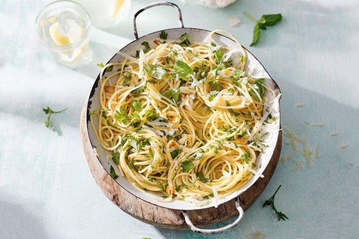 Knoflook, kruiden, olie en kaas: meer heb je niet nodig voor een heerlijke pasta - Recept - Allerhande