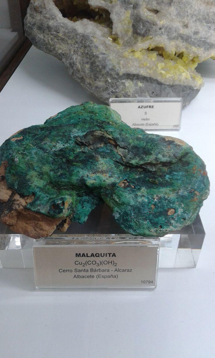 Malaquita:  CategoríaMinerales carbonatos y nitratos  Clase 5.BA.10 (Strunz)  Fórmula química Cu2CO3(OH)2 (Dihidroxido de carbonato de cobre (II)) Propiedades físicas Color Verde Raya Verde claro Lustre Dúctil; vítreo en grandes cantidades Transparencia Opaca a translúcida Sistema cristalino Monoclínico  Hábito cristalino Masivo, botrioidal, estalactítico, granular, fibroso Exfoliación Perfecta Fractura Concoidal Dureza 3,5 - 4 Peso específico 3,75 - 3,95 Densidad 3,80 g/cm3 Índice de…
