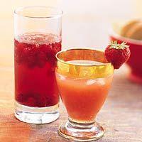 DAIQUIRI STRAWBERRY: Cool Cranberry Breezer (links):  1 bakje rode bessen (150 g)  1 fles Bacardi Breezer Cranberry Max (700 ml)  1/2 fles Spa & Fruit appel  Strawberry Daiquiri (rechts):  16 ijsblokjes  1 liter sinaasappel-aardbeisap (koelvers)  400 ml witte rum (slijter)  2 limoenen, uitgeperst  2 eetlepels poedersuiker  8 kleine aardbeien voor garnering