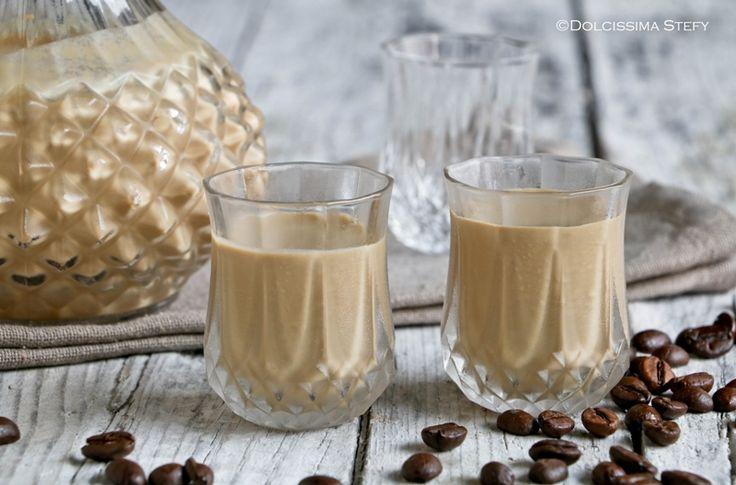 Prepariamo insieme la Crema di Liquore al caffè, un crema golosa da gustare a fine pasto. Facilissima da realizzare e con pochi ingredienti.
