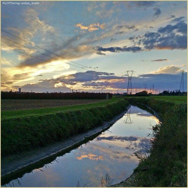 Specchi di luce. La #PicOfTheDay #turismoer di oggi passeggia tra i riflessi della #campagna ferrarese. Complimenti e grazie a @elisa_bratti / Mirrors of light. Today's #PicOfTheDay #turismoer strolls among the reflections of #Ferrara's #countryside. Congrats and thanks to @elisa_bratti