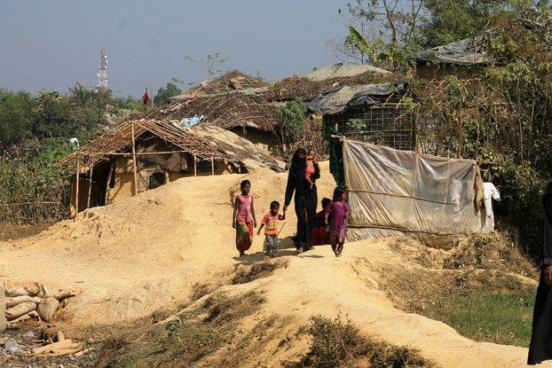 Menikah cara pengungsi Rohingya mendapatkan kewarganegaraan di Bangladesh  DHAKA (Arrahmah.com) - Akibat kurangnya makanan tempat tinggal dan sanitasi yang memadai banyak pengungsi Muslimah Rohingya yang melarikan diri ke Bangladesh menikah dengan pria lokal dengan harapan bisa mendapatkan kewarganegaraan dan kebutuhan dasar.  Pernikahan tersebut ilegal dan sering terjadi poligami perkawinan di bawah umur atau penelantaran demikian yang dipantau oleh BenarNews selama kunjungannya ke…