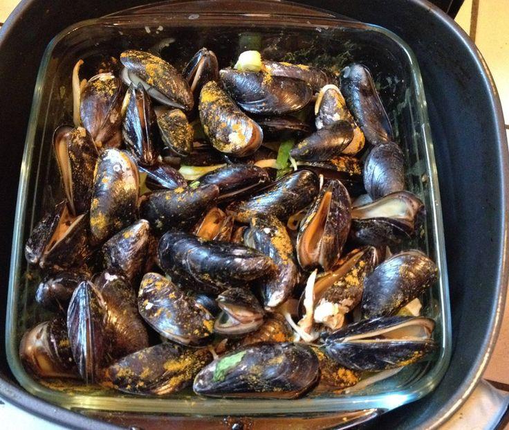 Benodigdheden : 500g mosselen, mosselgroenten, curry poeder, zout & 150 ml kokosmelk. Heb hiervoor een glazen ovenschaal gebruikt 25×22 ( Xenos ). 3 minuten voorverwarmen op 180° met de schaal erin. Eerst de mosselgroenten op de bodem ( selder, ajuin, knoflook ) Wat curry poeder over de groenten. Op de groenten de 500g goed gereinigde mosselen. Beetje zout en goed wat curry poeder op de mosselen. De schaal in de Airfryer. 10 minuten op 180° > Na 4 minuten de mosselen eens omroeren. > Na 6…