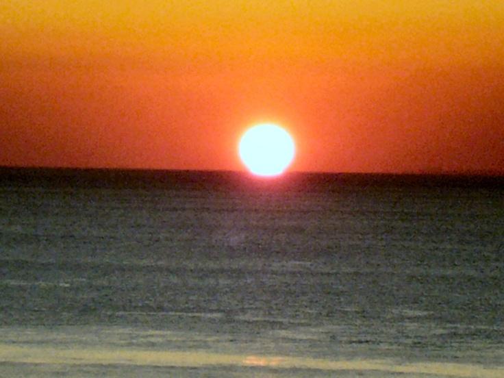 ビーチからの夕日。