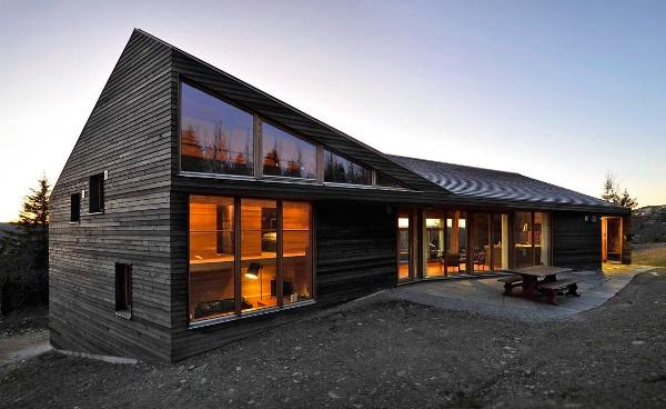 En Norvège, dans cette maison en bois Dans les montagnes norvégiennes, à 1 000 mètres d'altitude, se dresse cette cabine familiale, construite entièrement en bois (mélèze à l'extérieur et chêne à l'intérieur) sur deux niveaux. Une architecture aux larges ouvertures et extrêmement chaleureuse, signée Einar Jarmund et Håkon Vigsnæs, qui semble se fondre dans le paysage. Twisted Cabin