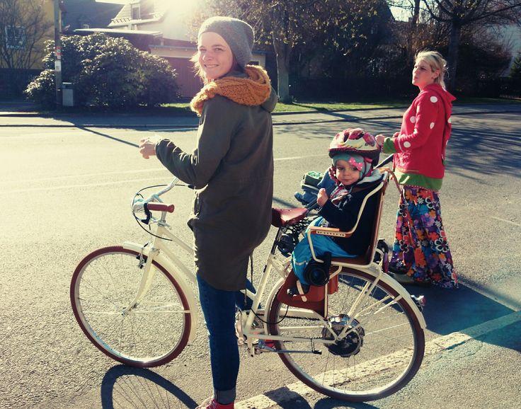 """Hybrid E-bike Voyager: """"Das Schmuckstück ist angekommen"""". So schreibt unser Kunde Tobias aus Münchberg! Er hat das Hybrid E-bike Voyager mit Zehus Human+ Technologie seiner Frau geschenkt.  Tine und Ihr Kind sind sehr froh, man sieht es im wunderschönen Bild mit Tine's Schwester.  #velorapida #bicicletta #bicielettrica #ebike #bike #bicycle #vintage #fashion #luxury #bicichic #cyclechic #madeinitaly #tuttiinbici #hybridbike #pedelec"""