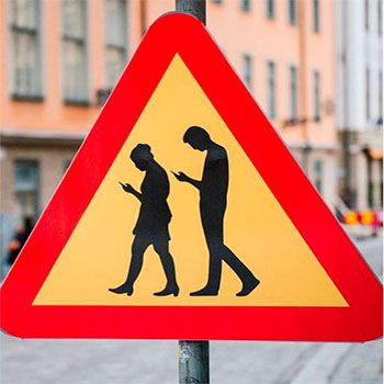 Pintura Que Fala: Placa de Advertência: Pedestres ao Celular