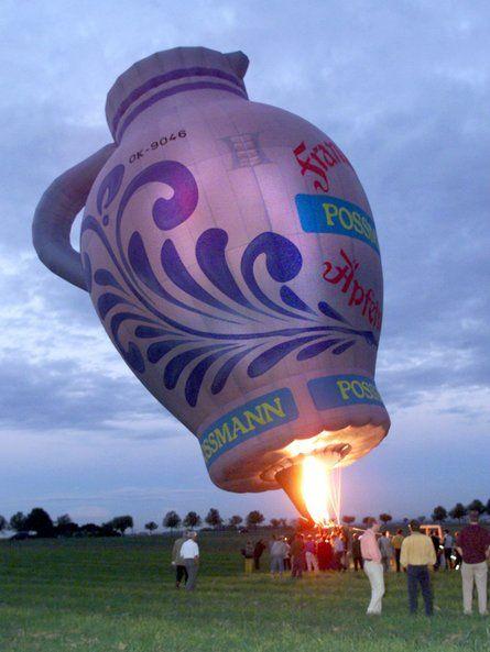 """Ein Heißluftballon in Form eines Apfelweinkruges, auf hessisch """"Bembel"""" genannt, wird am 21.09.1999 bei Frankfurt am Main mit Gas gefüllt. D..."""