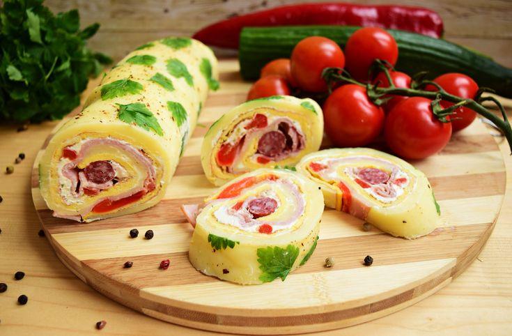Reteta culinara Aperitiv rulada festiva din cascaval cu omleta si carnaciori picanti din categoria Aperitive / Garnituri. Cum sa faci Aperitiv rulada festiva din cascaval cu omleta si carnaciori picanti