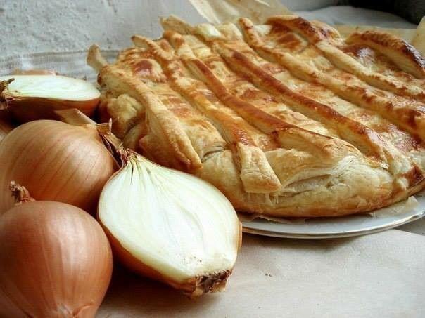 Луковый пирог .ингридиенты:яйца.сметана.масло сливочное.молотый черный пере.можно добавить крабовые палочки в персиково малиновом манго  джеме-маринаде