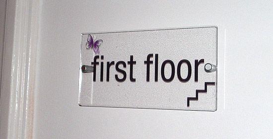 Beltéri tábla távtartóval / Indoor sign