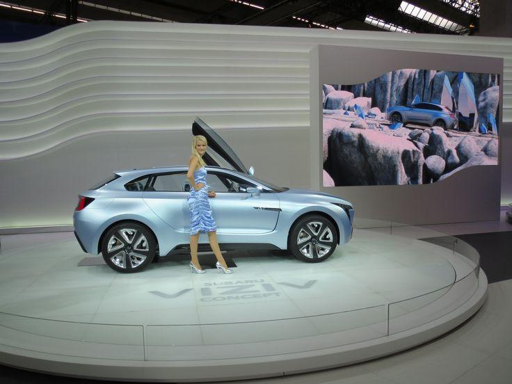 Subaru havde også fået lavet en koncept bil, med det fine navn Viziv. Og selvfølgelig med tilhørende kvinde i matchende farve.