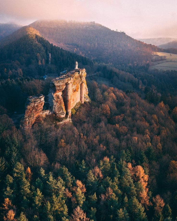 WELCOME IN ALSACE 🇫🇷 J'ai passé plusieurs jours dans ce magnifique coin de France que je ne connaissais pas encore. Sur cette photo, vous pouvez voir le Château de Fleckensteinau lever du soleil. Il est en plein cœur du Parc Naturel des Vosges du Nord, alors autant vous dire que la vue d'en haut est juste WOW 😍 Fun fact du jour : Le château est bâti sur un grès rose typique des Vosges du Nord, ce qui explique sa couleur unique.  PS : J'ai du me lever à 6h du matin pour avoir ces belles…