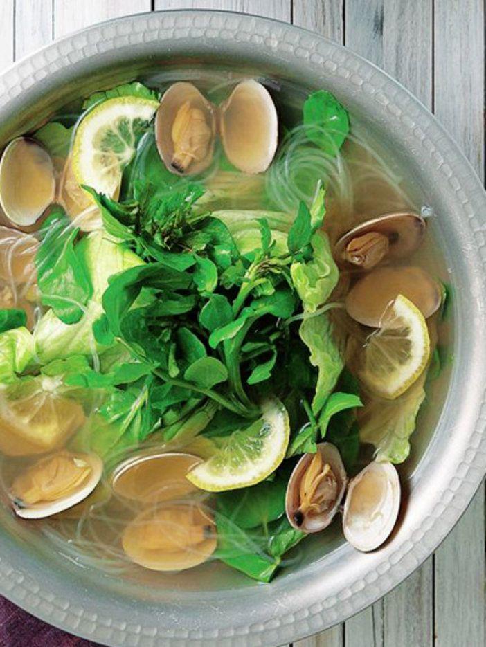材料 2 人分           作り方 1. 鍋に水800ccとA の材料をすべて入れて沸騰させ、あさりの殻が開いたらアクを取る。 2. 春雨を加え、やわらかくなったらレモン汁と塩で味をととのえる。 3. レタスとクレソンを加えて、サッと煮る。レモンを添えて食べる。