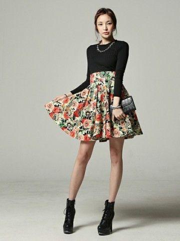 ブラックトップスにハイウエストの花柄スカートで上品な出で立ちに! 花柄フェミニン スタイル ファッション コーデ♡                                                                                                                                                      もっと見る