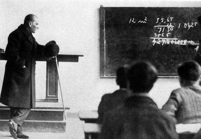 Atatürk, İzmir Erkek Lisesi'nde bir derste (1 Şubat 1931)