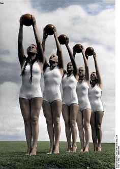"""La glorificación del cuerpo. La Liga de las Muchachas Alemanas (Bund Deutscher Mädel) haciendo sus ejercicios. Se les inculcaba el lema: """"Mantén tu sangre pura, no es sólo tuya. Llega de lejos, fluye muy lejos, todo el futuro se encuentra en ella. Mantén limpio el vestido de tu inmortalidad""""."""