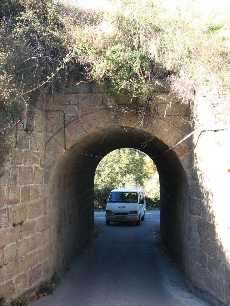 Por la vía férrea no pasan trenes. Bajo ella, camino de Gargantilla pasa nuestra furgoneta.