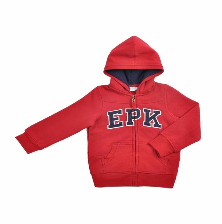 """Sweater tipo """"Jogging"""" para niño, en color rojo. Parches en color azul oscuro y borde blanco, al frente del sweater, donde se lée """"E P K""""."""