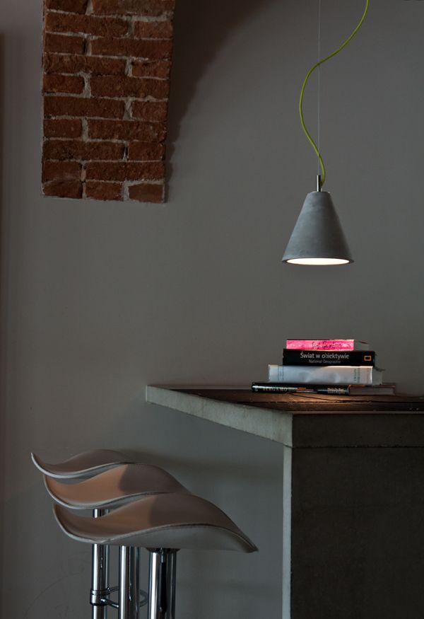 Mała lampa wisząca dostępna w trzech kształtach i kolorach