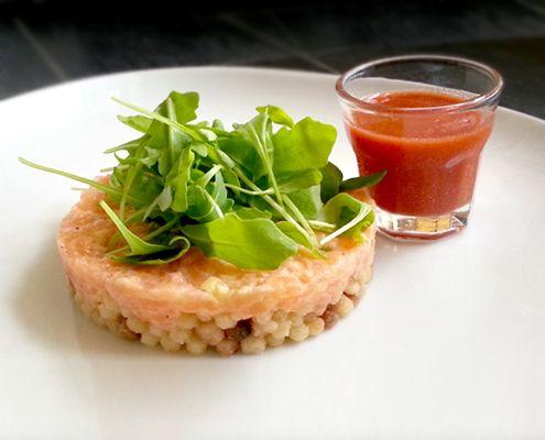 Tartare di salmone al limoncello, lime e zenzero con fregola sarda e shot al pomodoro | Honest Cooking Italia