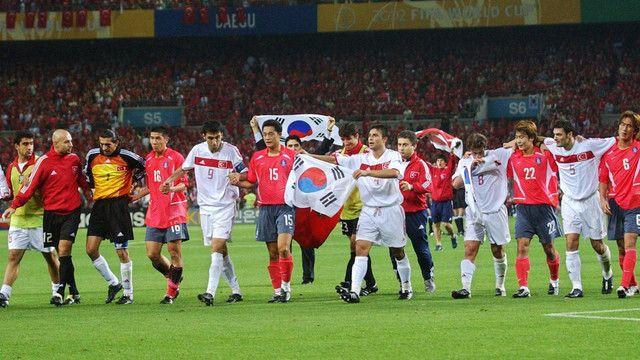 2002 Dünya Kupası: Türkiye Tarih Yazıyor! Bugün Türkiye'nin 2002'de Dünya Kupası'nda 3. oluşunun yıl dönümü. Kupanın açık ara yıldızı milli takımımızın üçüncülük öyküsü karşınızda.
