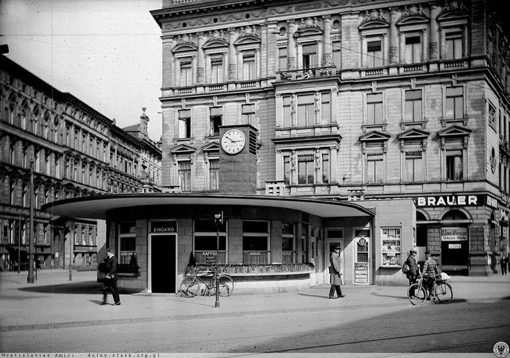Publiczna toaleta i jednocześnie kawiarnia przy Sonnenplatz (obecnie pl. Legionów), widok w kierunku wschodnim. Po lewej wlot ulicy Kościuszki/pl. Muzealnego, po prawej ul. Piłsudskiego. Widok z drugiej strony. Z lewej kamienice o numerach 1, 3 i 5 przy ulicy Krótkiej (Telegraphenstr.)  a za nimi fragment kamienicy nr 8 przy pl. Muzealnym.  Lata 1930-1940.