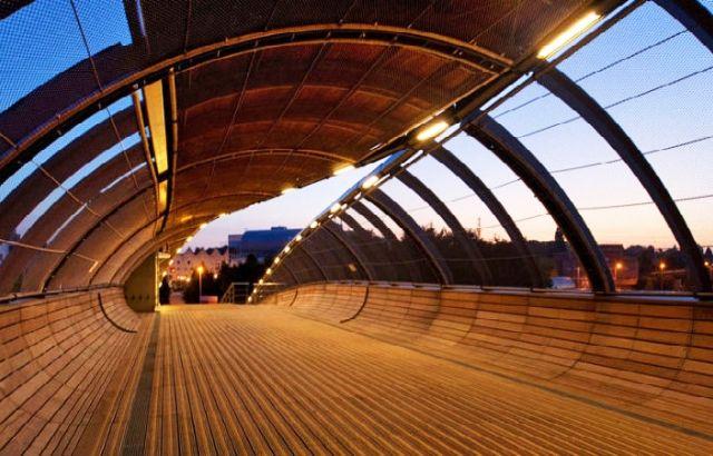 Pešački most u Parizu se razmotava kao list preko pruge