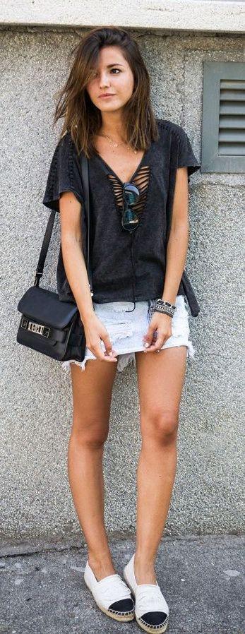 T-shirt podrinha preta ou de cor escura com saia jeans destroyed