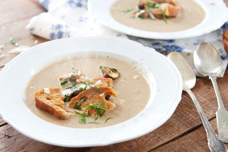 Kremowa zupa pieczarkowa z grzankami ze startym parmezanem, podawana w eleganckich bulionówkach, zachwyci gości oczekujących wybornego dania!